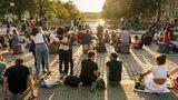 Still und schön geht auch zusammen: Sonnenuntergang auf der Admiralbrücke in Kreuzberg