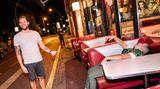 Beim Anti-Pub-Crawl ziehen kleine Gruppen von Kneipe zu Kneipe