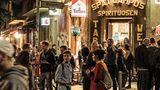 """Fast umsonst und draußen: Cornern ist auch in Berlin populär. Außer bei Menschen, die das Pech haben, über belebten """"Spätis"""" zu wohnen"""