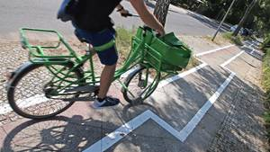 Im Berliner Stadtteil Zehlendorf verläuft der neue Radweg ... sagen wir mal: ein bisschen ungewöhnlich