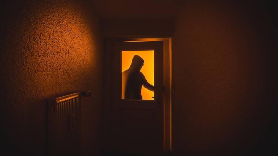 Ein Einbrecher (Symbolbild)