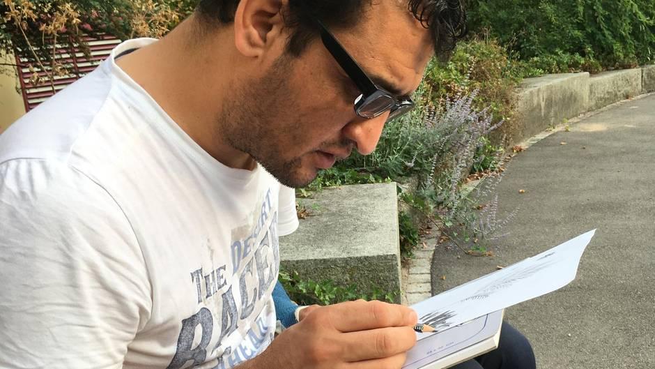 Um sich von seiner Situation abzulenken, zeichnet Hasbunallah