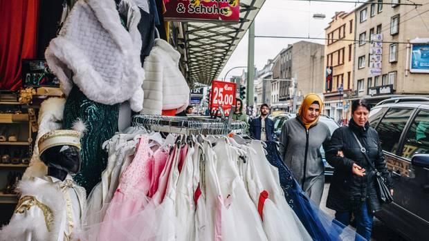Gleich um die Eckeder Kaiser-Friedrich-Straße in Duisburgwerden auf der Hochzeitsmeile Millionen erwirtschaftet