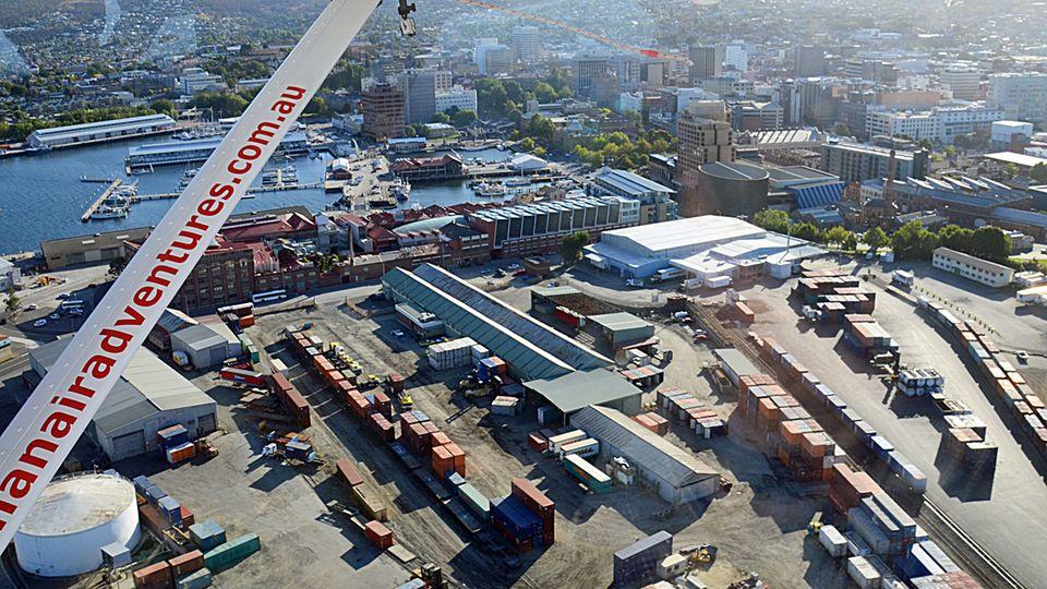In wenigen Minuten landet das Wasserflugzeug im Hafenbecken der 200.000 Einwohner zählenden Stadt Hobart und macht an der Pier neben den Yachten am linken Bildrand fest.