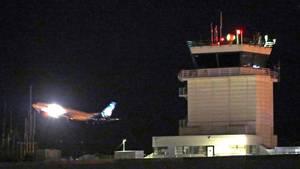 Ein Flugzeug fliegt an einem Kontrollturm am Sea-Tac International Airport vorbei.