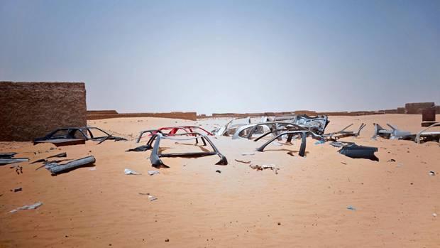 Skelettierte Autos im Grenzgebiet zu Algerien. Die unzähligen Toten der Migration werden von den Sandstürmen auf ewig begraben