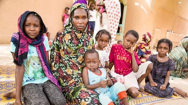 Die Sudanesin Ihsam Mohamed und ihre Kinder. Seit Anfang 2017 ist sie in einem Lager in Agadez