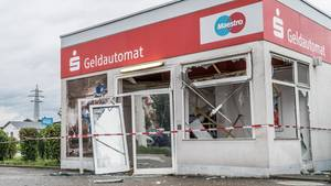 Ein Geldautomat in der Nähe eines Baumarkts nahe Offenburg ist von unbekannten Tätern gesprengt worden.