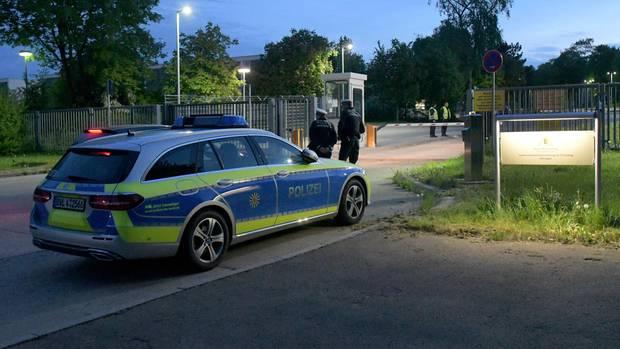 Vor der Landeserstaufnahmeeinrichtung für Flüchtlinge (LEA) steht ein Polizeifahrzeug.
