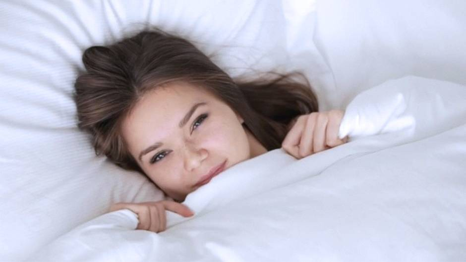 Nacktschlafen: Warum Sie im Bett auf Kleidung verzichten sollten