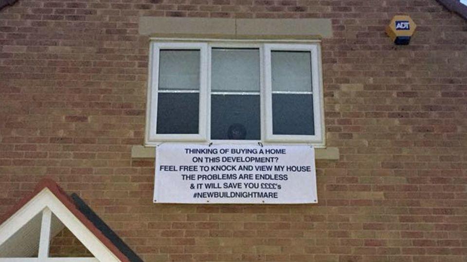 Immobilien: Schief, krumm und voller Wasserlecks – Wut-Plakat warnt vor Kauf von Albtraum-Häusern