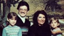 Das Foto der Polizei zeigt die Bennet-Familie. Nur die kleine Vanessa überlebte die Nacht - schwer verletzt und traumatisert.