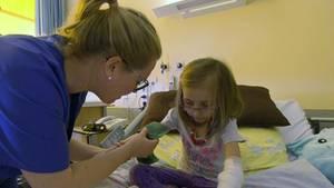 Patricia Kelly findet schnell Zugang zu den kleinen Patienten.