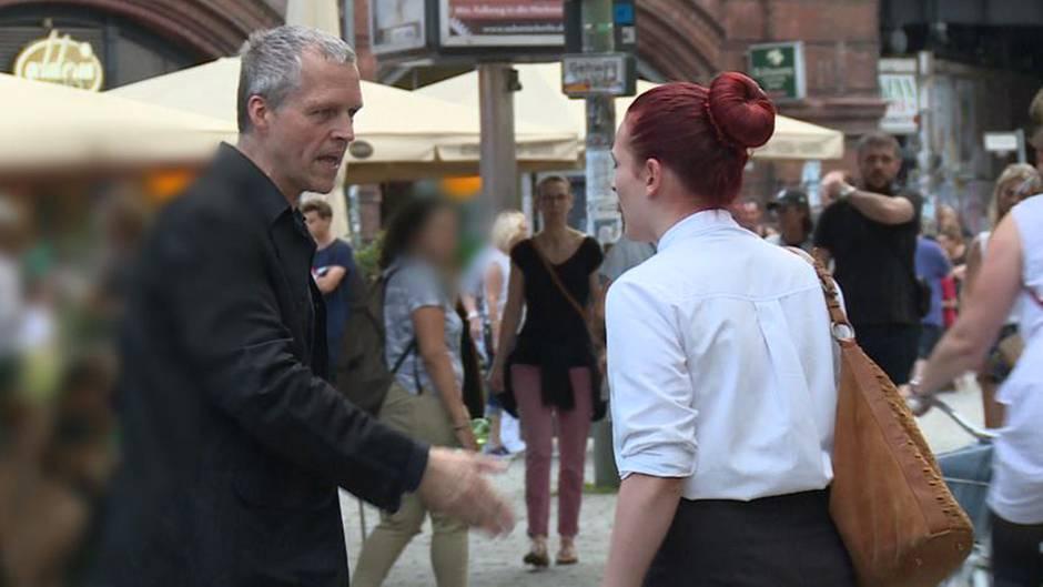 Zwei Schauspieler haben es für stern TV ausprobiert: Wie reagiert das Umfeld, wenn ein Paar auf offener Straße streitet?