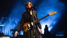 Alex Turner von den Arctic Monkeys bei einem Konzert
