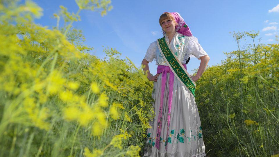 Eine junge Frau in traditioneller Spreewald-Tracht