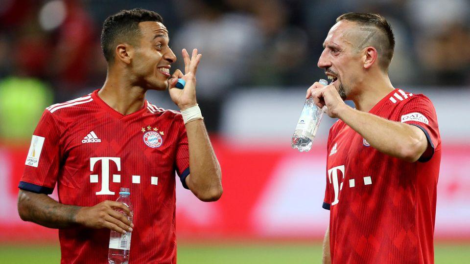 Thiago und Ribery feixen nach dem Supercup-Sieg des FC Bayern über Eintracht Frankfurt