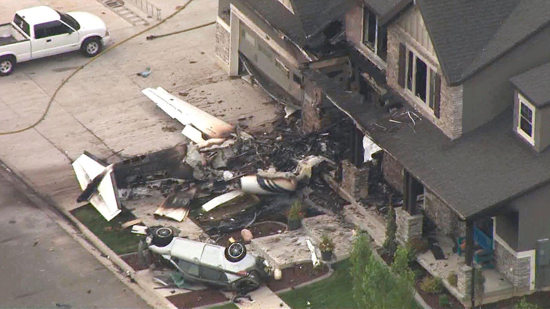 Trümmer in Payson, Utah nachdem ein Mann mit einem Sportflugzeug in sein eigenes Haus gestürzt ist