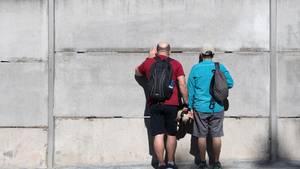 Besucher besichtigen die Gedenkstätte Berliner Mauer