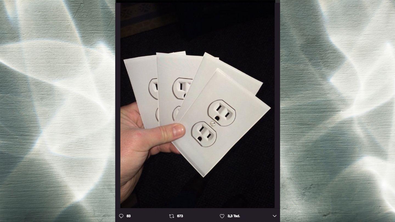 Mit diesen Steckdosen-Stickern werden aktuell Flugreisende geprankt