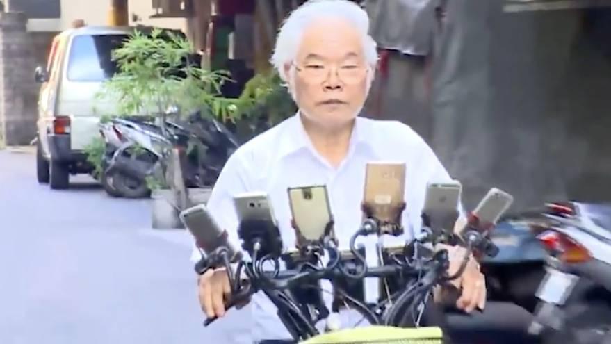 Pokemon Go Opa mit elf Smartphones