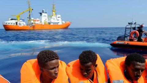"""Flüchtlinge werden zum Rettungsschiff """"Aquarius"""" gebracht"""