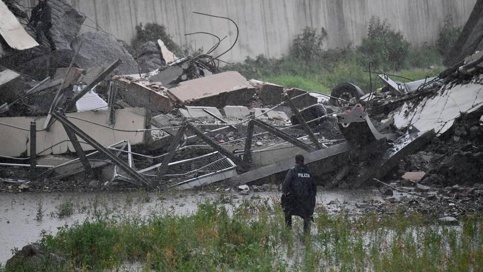 Nach dem Einsturz einer vierspurigen Autobahnbrücke in der italienischen Hafenstadt Genua verlieren die Rettungskräfte keine Zeit und haben bereits mit ihrer Arbeit begonnen.