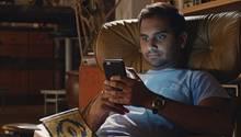 Serie  Master of NoneaufNetflix  Die perfekte Comedy-Serie für Jahrtausender. Dev (Aziz Ansari) versucht sich in New York als Schauspieler und ist zusätzlich auf der Suche nach der Liebe. Klingt erstmal kitschig, ist aber alles andere als das. Zusammen mit seinen engsten Freunden Arnold (Eric Wareheim) und Denise (Lena Waithe) hat er die amüsantesten Gespräche und manchmal auch den realsten Real-Talk. Das Schöne daran ist, dass man sich immer wieder mit den Protagonisten identifizieren kann. Von unangenehmen Tinder-Dates bis zum saucoolenAbrocken auf einem Konzert.  Für Fans von:Brooklyn 99, Archer, gutenKomödien und New York  Wann gucken?Schnapp dir jemanden, der den gleichen Humor hat wie du, nehmt euch den Abend nichts anderes vor und guckt diebislang nur zwei Staffelnin einer Nacht durch.  Binge Faktor:♥♥♥♥♥ Von Minute eins an hat dich Master of None in seinen Bann gezogen, und nach der zehnten Folge aufhören, geht nun mal nicht.
