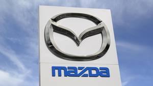 Das Mazda-Logo vor einem blauen Himmel