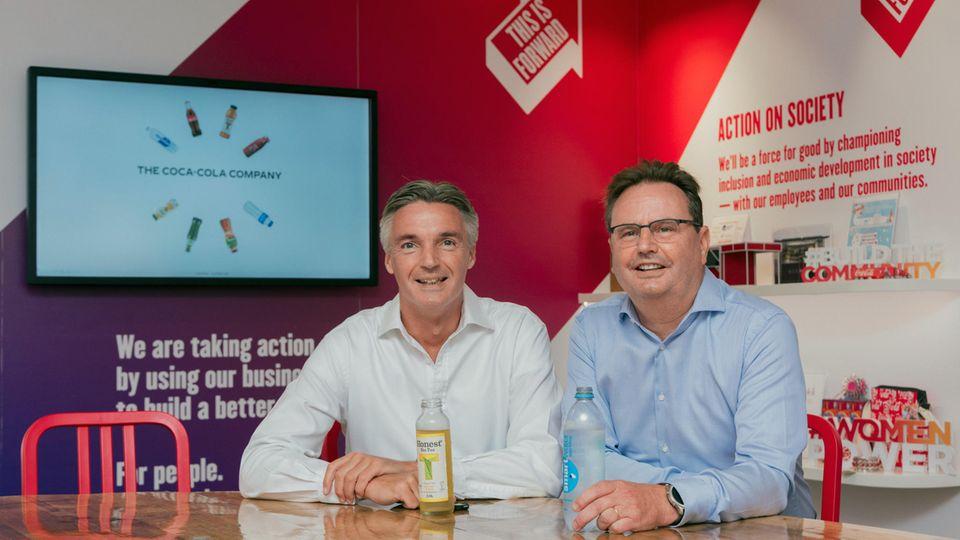 Tim Brett (links), Präsident der Coca-Cola-Company und Bruno van Gompel, Technischer Leiter von Coca-Cola, beide sind für Western Europe zuständig.