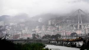 Blick auf die eingestürzte Autobahnbrücke Ponte Morandi
