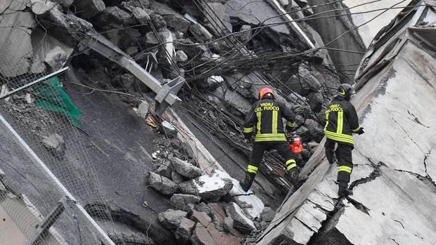 Rettungskräfte suchen in den Trümmern der eingestürzten Brücke in Genua nach Opfern