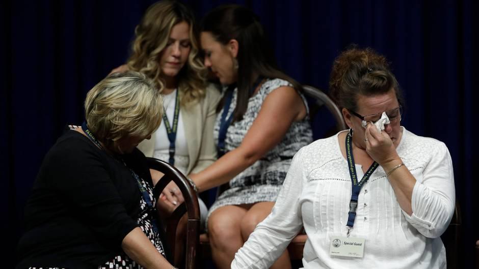 Opfer von Sexuellem Missbrauch durch Geistliche und Familienangehörige von Opfern während Generalstaatsanwalt Shapiro eine Pressekonferenz im Pennsylvania Capitol gibt