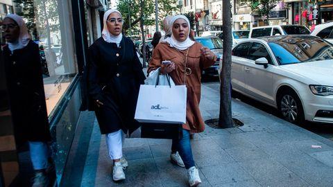 Türkinnen auf Istanbuls Einkaufsstraßen: Rapide Preissteigerung bei einigen Artikeln
