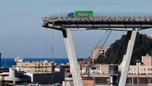 Der grün-blaue Lkw kam nur wenige Meter vor der Abbruchkante der Autobahnbrücke in Genua zum Stehen