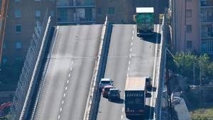 Wenige Meter vor dem Abgrund konnten die Fahrer der Laster noch bremsen