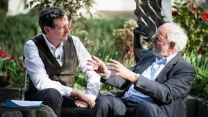 Eckart von Hirschhausen und Ernst Ulrich von Weizsäcker beim Gespräch im Garten