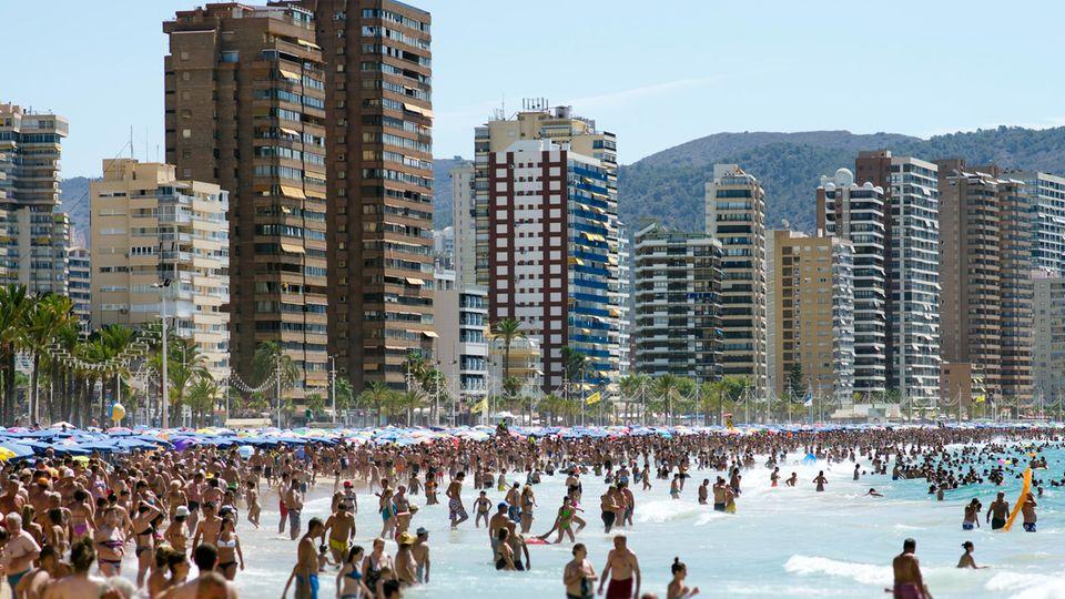 Der Strand von Benidorm voller Menschen