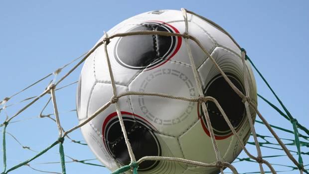 Ball fliegt in die Maschen eines Tors - zu oft für Fortuna Hagen. Der Club zieht seine Mannschaft zurück
