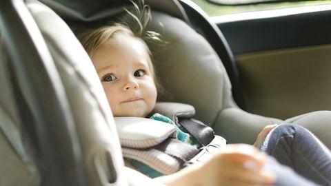Baby sitzt im Auto