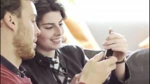 Frau zeigt Mann etwas auf dem Smartphone