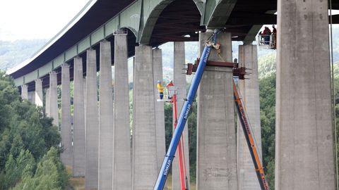 Bauarbeiter bringen an der Rader Hochbrücke der Autobahn A7 Stahlträger an