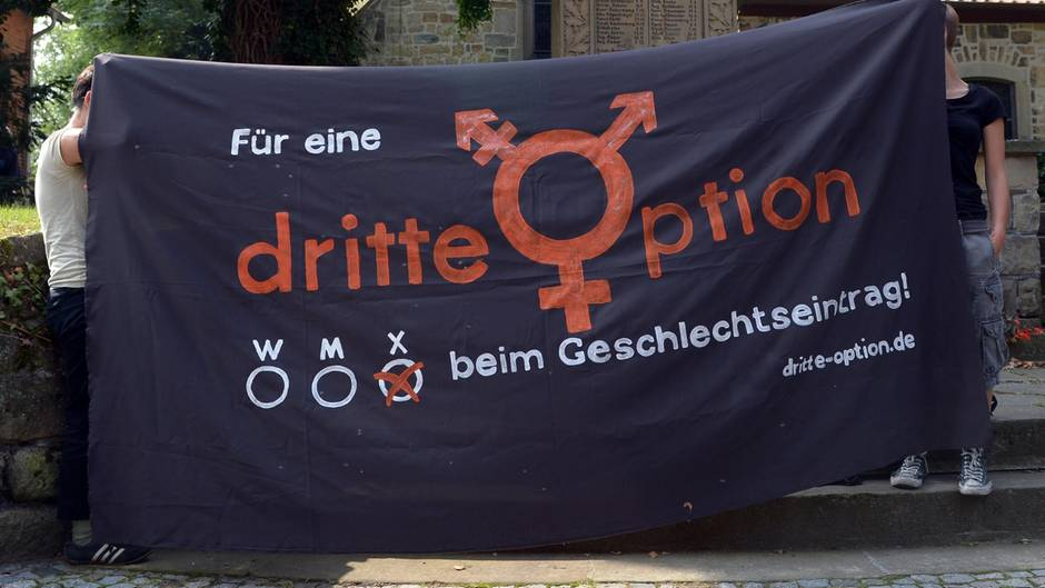 Intersexualität: Banner mit Forderung für dritte Geschlechtsoption