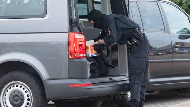Ein Großaufgebot der Polizei hat in Nienburg am frühen Mittwochmorgen über 20 Wohnungen durchsucht