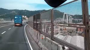 LKW-Fahrer fährt über Brücke in Genua