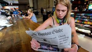 """Die 29-jährige Lauren Vowells liest den """"Boston Globe"""""""