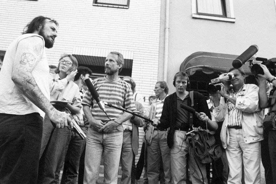Hans-Jürgen Rösnerumringt vonFernsehreportern, Fotografen und Schaulustigen auf der Straße in Bremen