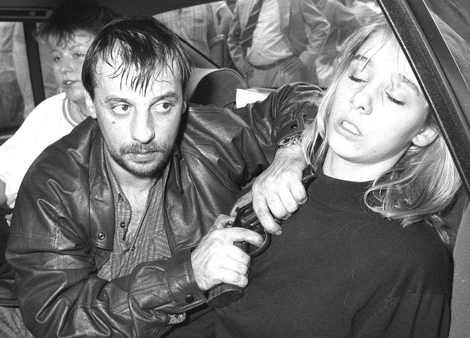 Dieter Degowski hält seiner Geisel Silke Bischoff den Revolver unter Kinn