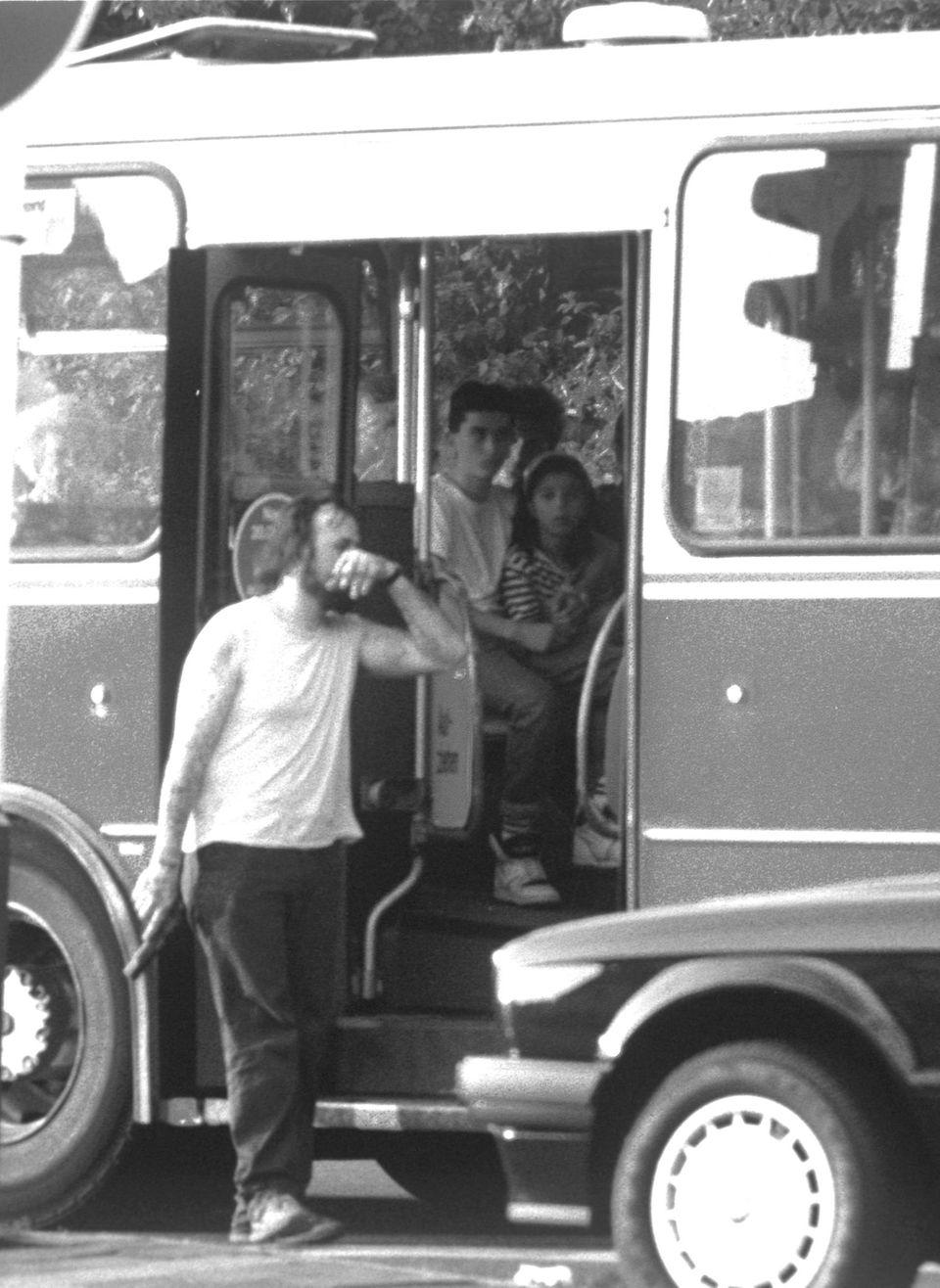 """""""Von Haus aus bin ich ein Verbrecher ..."""": Pistole in der Rechten, Zigarette in der Linken - so gab sich der tätowierte Verbrecher Hans-Jürgen Rösner in Bremen vor dem gekaperten Linienbus. Seit mehr als einem Jahr hatte er ein """"großes Ding"""" geplant. Er wollte damit vor allem seinen alten Kumpels im Gefängnis imponieren"""