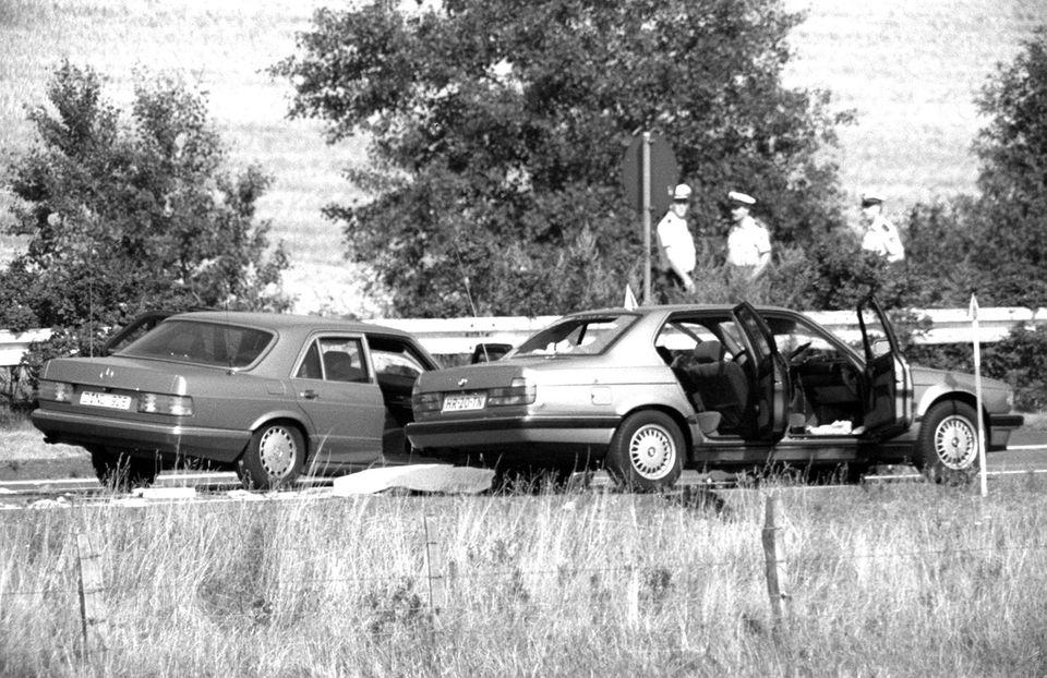 Polizisten einer Spezialeinheit haben die Gangster nach einer wilden Schießerei auf der A 3 bei Bad Honnef aus dem Auto gezerrt.